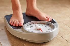 fata pierde in greutate in timp ce sotul se desfasura