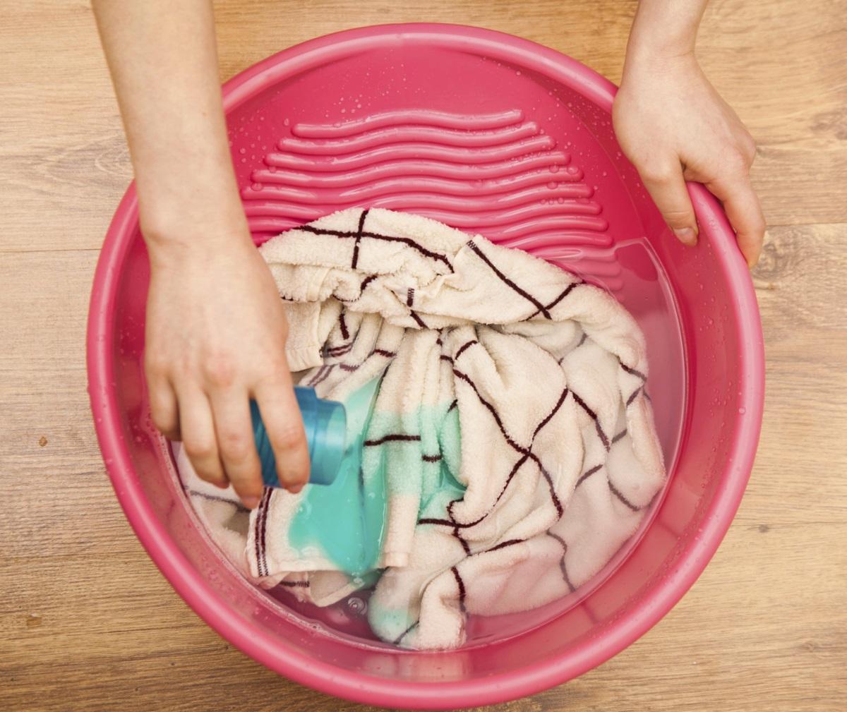 Trucuri pentru curăţarea mobilei şi a parchetului: cu ce se înlătură petele de grăsime